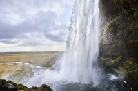 Scenic view of Seljalandsfoss Waterfall against cloudy sky 11100093815| 写真素材・ストックフォト・画像・イラスト素材|アマナイメージズ