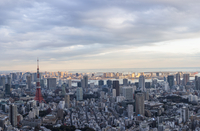 Aerial view of Tokyo Tower amidst city against cloudy sky 11100094067| 写真素材・ストックフォト・画像・イラスト素材|アマナイメージズ