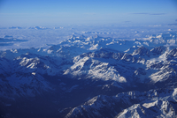 Aerial view of snowcapped mountains against blue sky 11100096386| 写真素材・ストックフォト・画像・イラスト素材|アマナイメージズ