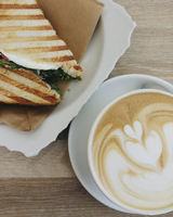 Overhead view of toasted sandwich served with coffee on table at cafe 11100104156| 写真素材・ストックフォト・画像・イラスト素材|アマナイメージズ