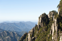Towering granite rocks overgrown with Huangshan pines 11102001009| 写真素材・ストックフォト・画像・イラスト素材|アマナイメージズ