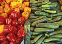 Red Peppers, Yellow Peppers and Courgettes on a Market Stall 11104003425| 写真素材・ストックフォト・画像・イラスト素材|アマナイメージズ