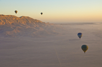 Hot air balloons on an excursion flying over the desert early morning at dawn , sunrise, on the West bank of the river Nile near 11104006137| 写真素材・ストックフォト・画像・イラスト素材|アマナイメージズ