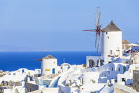 Windmill and traditional houses, Oia, Santorini (Thira), Cyclades Islands, Aegean Sea, Greek Islands 11104006258| 写真素材・ストックフォト・画像・イラスト素材|アマナイメージズ