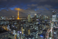 Elevated night view of the city skyline and iconic illuminated Tokyo Tower, Tokyo, Japan, Asia 11104025993| 写真素材・ストックフォト・画像・イラスト素材|アマナイメージズ