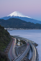 Mount Fuji and traffic driving on the Tomei Expressway, Shizuoka, Honshu, Japan, Asia 11104025994| 写真素材・ストックフォト・画像・イラスト素材|アマナイメージズ