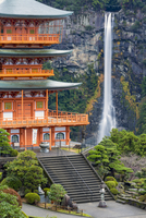 Nachisan Seiganto-ji pagoda at Kumano Nachi Shrine with Nachi Falls in the background, Wakayama, Japan, Asia 11104026024| 写真素材・ストックフォト・画像・イラスト素材|アマナイメージズ