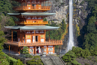 Nachisan Seiganto-ji pagoda at Kumano Nachi Shrine with Nachi Falls in the background, Wakayama, Japan, Asia 11104026025| 写真素材・ストックフォト・画像・イラスト素材|アマナイメージズ