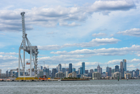 Container quayside crane in the Port of Melbourne with city skyline, Melbourne, Victoria, Australia, Pacific 11104028554| 写真素材・ストックフォト・画像・イラスト素材|アマナイメージズ