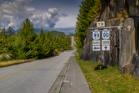 View of The Sea to Sky Highway and signpost near Squamish, British Columbia, Canada, North America 11104030307| 写真素材・ストックフォト・画像・イラスト素材|アマナイメージズ