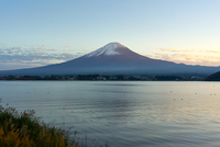 Mount Fuji, UNESCO World Heritage Site, and Lake Kawaguchiko at twilight, Yamanashi Prefecture, Honshu, Japan, Asia 11104032061| 写真素材・ストックフォト・画像・イラスト素材|アマナイメージズ