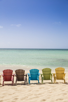 Caribbean, Netherland Antilles, Aruba, A row of colourful wooden deck chairs on Palm Beach 11108000005| 写真素材・ストックフォト・画像・イラスト素材|アマナイメージズ