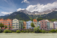 View of the colorful buildings along Inn river, Innsbruck, Tyrol, Austria 11108000262| 写真素材・ストックフォト・画像・イラスト素材|アマナイメージズ