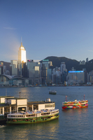 View of Star Ferry Terminal and Hong Kong Island skyline, Hong Kong, China 11108000754| 写真素材・ストックフォト・画像・イラスト素材|アマナイメージズ