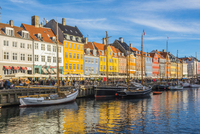 Copenhagen, Hovedstaden, Denmark, Northern Europe. Colorful houses lined on the waterfront in Nihavn. 11108001377| 写真素材・ストックフォト・画像・イラスト素材|アマナイメージズ