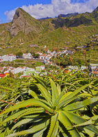 Spain, Canary Islands, Tenerife, Taganana, Townscape with Anaga Mountains in the background and Aloe plant in the foreground. 11108003501| 写真素材・ストックフォト・画像・イラスト素材|アマナイメージズ