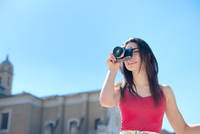Low Angle View Of Beautiful Woman Photographing By Church Against Clear Sky 11115002370| 写真素材・ストックフォト・画像・イラスト素材|アマナイメージズ