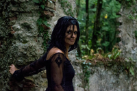Portrait Of Beautiful Woman Standing By Old Ruin In Forest 11115005548| 写真素材・ストックフォト・画像・イラスト素材|アマナイメージズ