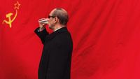 Side View Of Man Drinking Beer Against Former Ussr Flag 11115013217| 写真素材・ストックフォト・画像・イラスト素材|アマナイメージズ