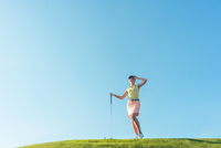 Smiling Mid Adult Woman Standing At Golf Course 11115024261| 写真素材・ストックフォト・画像・イラスト素材|アマナイメージズ