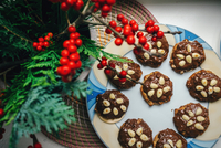 High Angle View Of Chocolate Cookies In Plate On Table During Christmas 11115027745| 写真素材・ストックフォト・画像・イラスト素材|アマナイメージズ