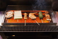 High Angle View Of Meat On Barbecue Grill 11115028043| 写真素材・ストックフォト・画像・イラスト素材|アマナイメージズ