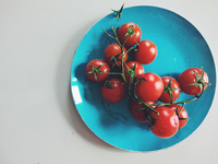 Directly Above Shot Of Tomatoes In Plate On Table 11115028324| 写真素材・ストックフォト・画像・イラスト素材|アマナイメージズ