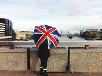 Low Section Of Woman Holding British Flag Umbrella While Standing On Bridge By Thames River 11115028673| 写真素材・ストックフォト・画像・イラスト素材|アマナイメージズ