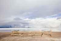 Wooden Fence By Salt Flats Against Cloudy Sky On Sunny Day 11115028758| 写真素材・ストックフォト・画像・イラスト素材|アマナイメージズ