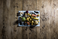 High Angle View Of Artichoke And Carrot On Wooden Table 11115029557| 写真素材・ストックフォト・画像・イラスト素材|アマナイメージズ