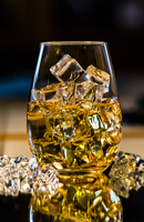 Close-up Of Ice Cubes In Whiskey Glass 11115029931| 写真素材・ストックフォト・画像・イラスト素材|アマナイメージズ