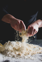 Cropped View Of Chef's Hands Kneading Pastry 11115030337| 写真素材・ストックフォト・画像・イラスト素材|アマナイメージズ