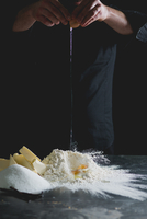 Cropped View Of Chef Cracking Egg Onto Flour 11115030339| 写真素材・ストックフォト・画像・イラスト素材|アマナイメージズ