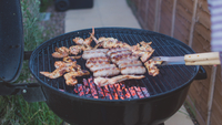 High Angle View Of Chicken Wings And Sausages On Barbecue Grill 11115030822| 写真素材・ストックフォト・画像・イラスト素材|アマナイメージズ