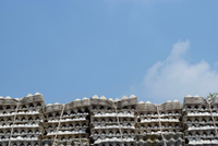 Low Angle View Of Egg In Stacked Cartons Against Sky 11115031149| 写真素材・ストックフォト・画像・イラスト素材|アマナイメージズ