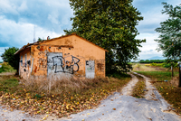 Empty Footpath By Abandoned House With Graffiti 11115031243| 写真素材・ストックフォト・画像・イラスト素材|アマナイメージズ