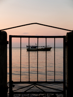 Silhouette Gate By Sea Against Sky During Sunset 11115038788| 写真素材・ストックフォト・画像・イラスト素材|アマナイメージズ