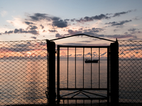 Silhouette Gate By Sea Against Sky During Sunset 11115038789| 写真素材・ストックフォト・画像・イラスト素材|アマナイメージズ