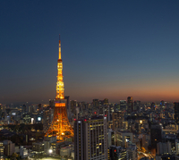 Illuminated Tokyo Tower And City Against Clear Sky At Dusk 11115041516| 写真素材・ストックフォト・画像・イラスト素材|アマナイメージズ