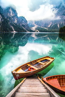Scenic View Of Rowboat In Calm Lake Against Mountains 11115041832| 写真素材・ストックフォト・画像・イラスト素材|アマナイメージズ