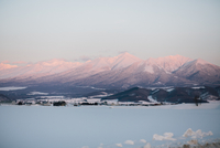 Scenic View Of Snowcapped Mountains Against Sky During Winter 11115050107| 写真素材・ストックフォト・画像・イラスト素材|アマナイメージズ