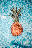 Directly Above Shot Of Pineapple Floating On Swimming Pool 11115051739| 写真素材・ストックフォト・画像・イラスト素材|アマナイメージズ