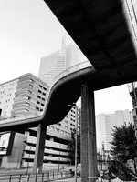 Low Angle View Of Bridge By Buildings In City 11115051983| 写真素材・ストックフォト・画像・イラスト素材|アマナイメージズ