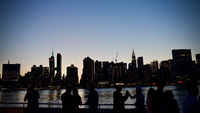 Silhouette People Standing By River In City During Sunset 11115052491| 写真素材・ストックフォト・画像・イラスト素材|アマナイメージズ
