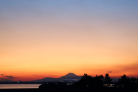 Scenic View Of Silhouette Mountains Against Sky During Sunset 11115071338| 写真素材・ストックフォト・画像・イラスト素材|アマナイメージズ