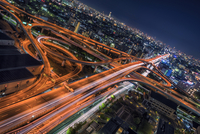 High Angle View Of Light Trails On Elevated Road In Illuminated City At Night 11115072500| 写真素材・ストックフォト・画像・イラスト素材|アマナイメージズ