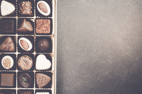 Directly Above Shot Of Various Chocolates In Box On Table 11115078265| 写真素材・ストックフォト・画像・イラスト素材|アマナイメージズ
