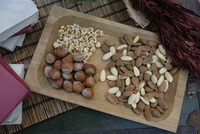 High Angle View Of Nuts In Tray On Table 11115079285| 写真素材・ストックフォト・画像・イラスト素材|アマナイメージズ