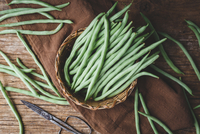 High Angle View Of Green Beans In Basket On Textile Over Table 11115081056| 写真素材・ストックフォト・画像・イラスト素材|アマナイメージズ