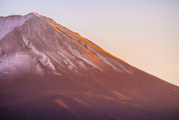 Scenic View Of Snowcapped Mt Fuji Against Clear Sky During Sunset 11115081724| 写真素材・ストックフォト・画像・イラスト素材|アマナイメージズ